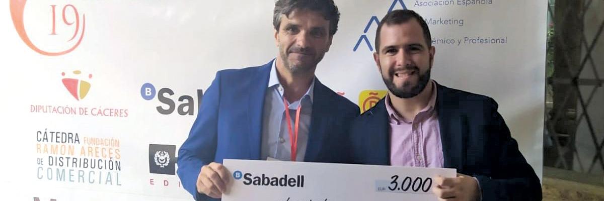 Alberto casado recibiendo premio a la mejor tesis doctoral por Aemark