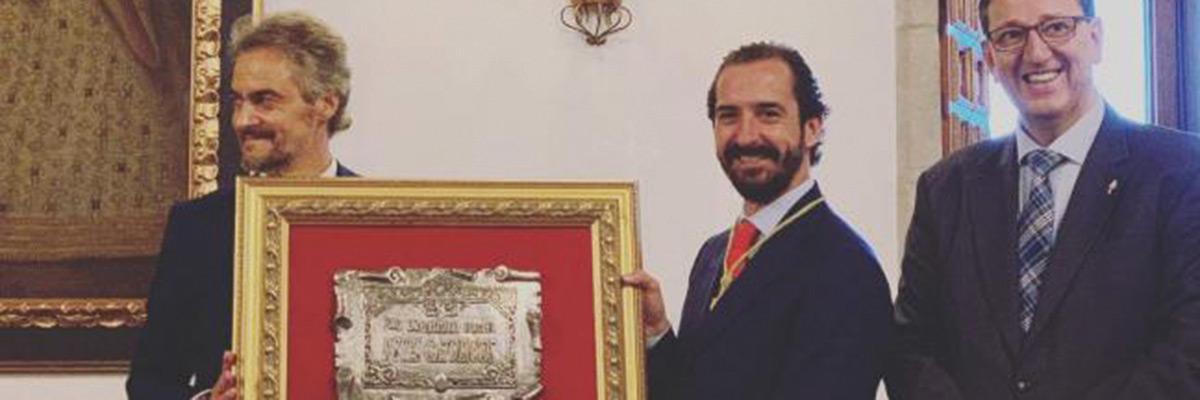 Arturo recibe la Medalla de Oro a la Excelencia Educativa