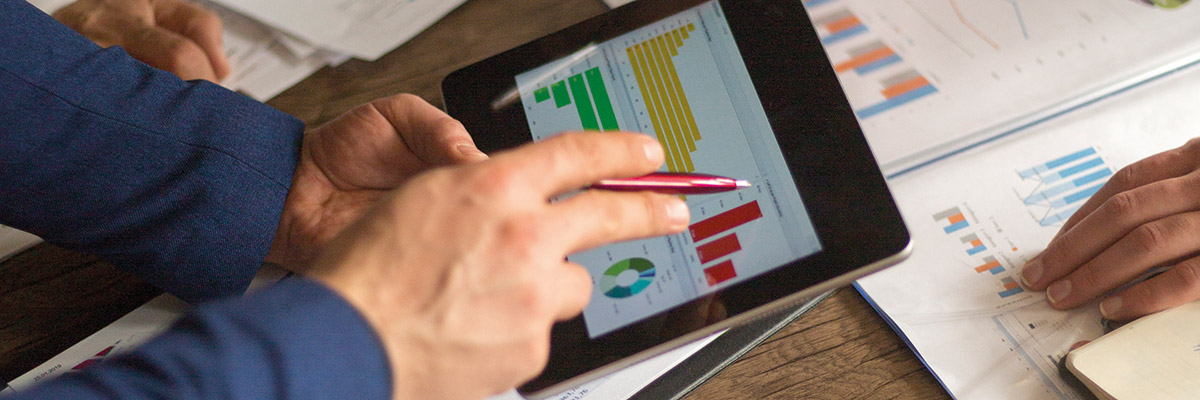 Viendo resultados contables en tablet