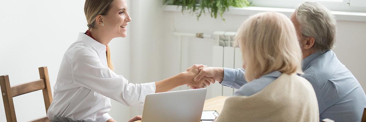 Personas mayores firman hipoteca