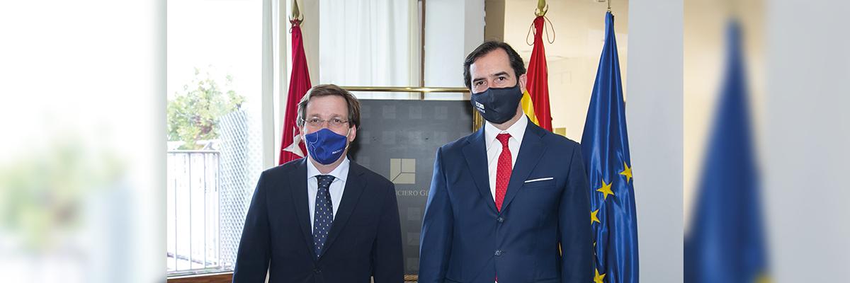 Arturo de las Heras entrega al alcalde de Madrid la distinción como Socio de Honor del Club Financiero Génova