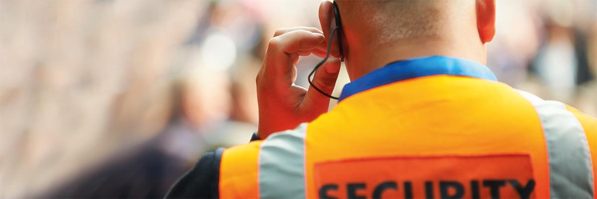 Vigilante de seguridad comunicándose por audio