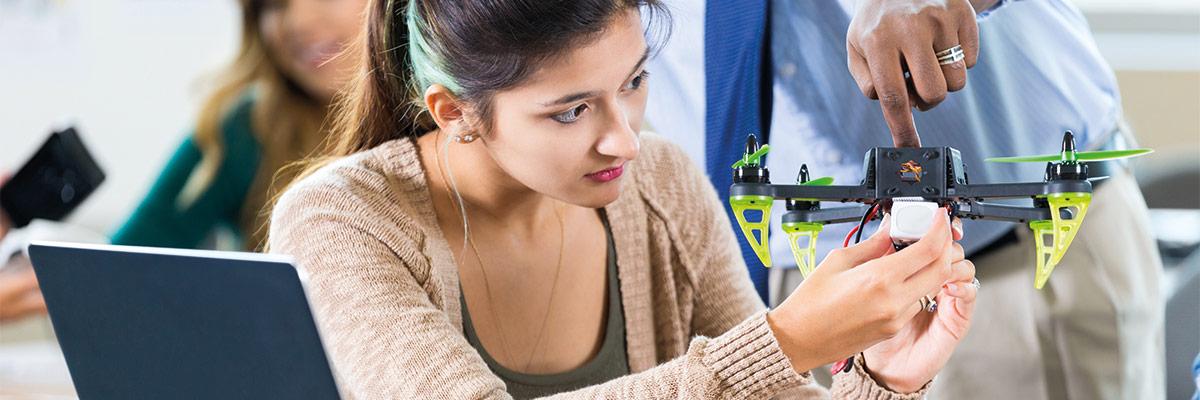 Alumna observando dron